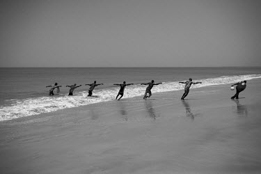 Africa, Guinea-Bissau, Varela. 2013-04-06. Fishermen haul their nets onto the beach. Afrika.../Ernst Schade