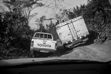 Africa, Guinea-Bissau, Tombali region. 2013-03-30. A jeep tries to bypass a truck at the only main.../Ernst Schade