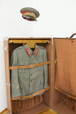 Tito's uniform in het Museum/Daphne Channa Horn