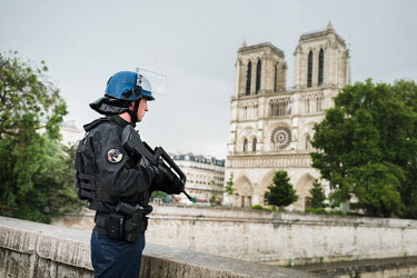 Paris police shoot man who attacked officer outside Notre Dame Cathedral/Simon Guillemin / Hans Lucas