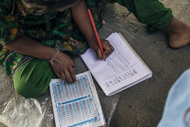 A young girl is learning the multiplication table./Brice Garcin / Hans Lucas