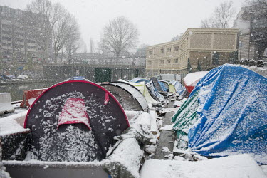 It is snowing on the tents of the migrant camp at Jaur�s, along the Canal Saint-Martin./Rose Lecat / Hans Lucas