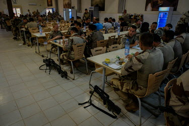 Barkhane soldiers have lunch in Gao/Fred Marie / Hans Lucas