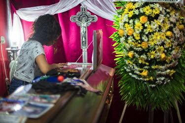 Central America - Nicaragua, capital city Managua: The coffin with the body of Gerald Jose Vasquez.../Juan Carlos