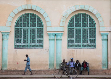 ERITREA - ERITREAN PEOPLE IN FRONT OF A BUILDING FROM THE ITALIAN COLONIAL TIMES NEAR THE MOSQUE -.../Eric Lafforgue / Hans Lucas