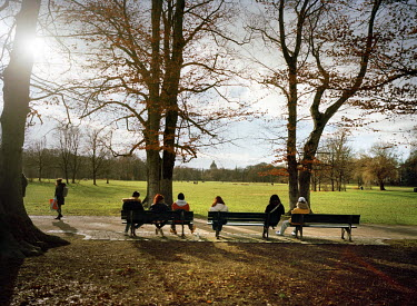 Visitors on a bench in the English garden/Marleen Daniels