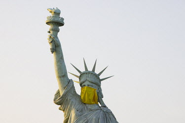 Statue of Liberty with protective face mask. La Statue de la Libert� avec un masque de protection./Jacky Naegelen / Hans Lucas