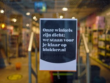 Europe, The Netherlands, Noord-Holland, Alkmaar, Pre Christmas COVID-19 Lockdown, sign, closed.../Miquel Gonzalez