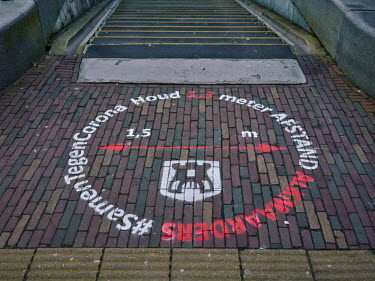 Europe, The Netherlands, Noord-Holland, Alkmaar, Pre Christmas COVID-19 Lockdown, sign warning to.../Miquel Gonzalez