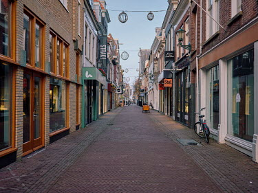 Europe, The Netherlands, Noord-Holland, Alkmaar, Pre Christmas COVID-19 Lockdown, shopping street.../Miquel Gonzalez