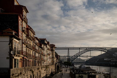 Portugal, Porto. 2020-12-30. The quay of Ribeira along the river Douro in early morning light.../Ernst Schade