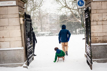 Jongen op een slee, Wertheimpark Amsterdam / Boy on a sled, Wertheimpark Amsterdam/Unai Risue�o