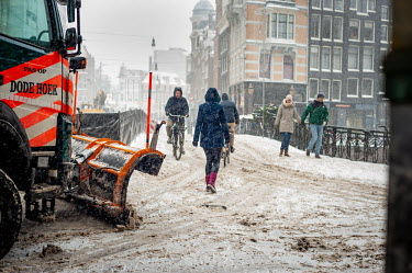 Sneeuwschuiver op de Leidsestraat / Snow plow at the Leidsestraat/Unai Risue�o